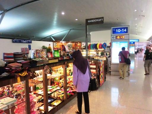 4.toko souvenir dekat ruang tunggu