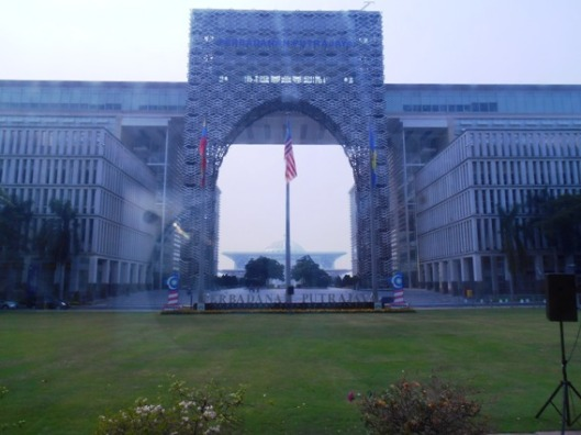 kantor putrajaya berlatar masjid besi