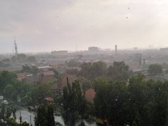 pemandangan kota cirebon saat hujan