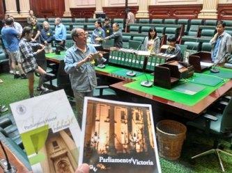 3-pengunjung-parlemen