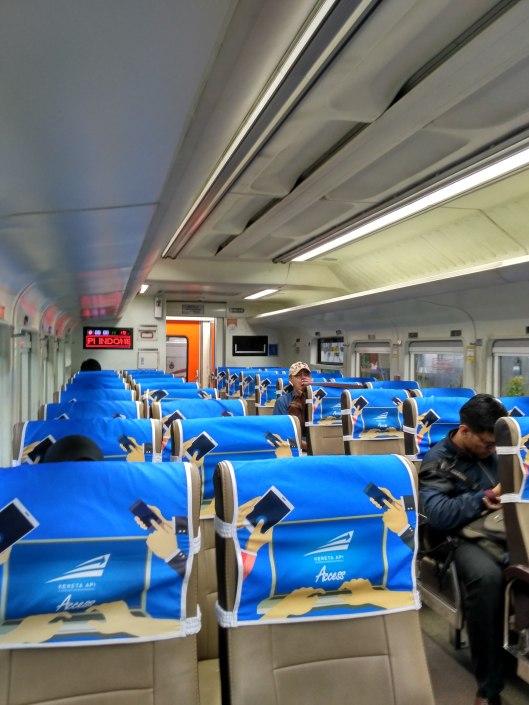gerbong kereta ekonomi.jpg