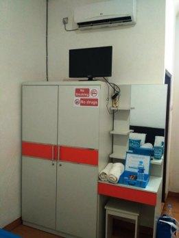 meja, tv, AC dan lemari semata wayang