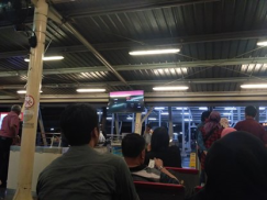 suasana terminal bus bandara t2