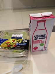 garden salad dan susu strawberry