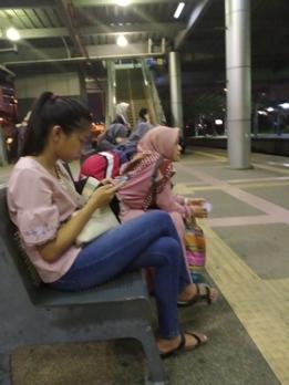 menunggu kereta ke Putra